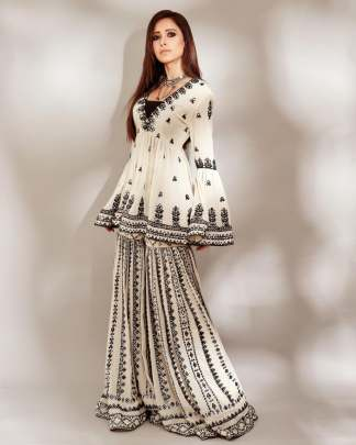 Beauteous off white Color Party Wear Georgette Designer resham Work
